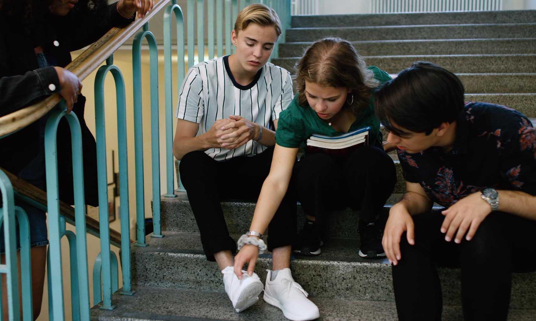 Kompisar undersöker en ny trasig sko i filmen Våga klaga!