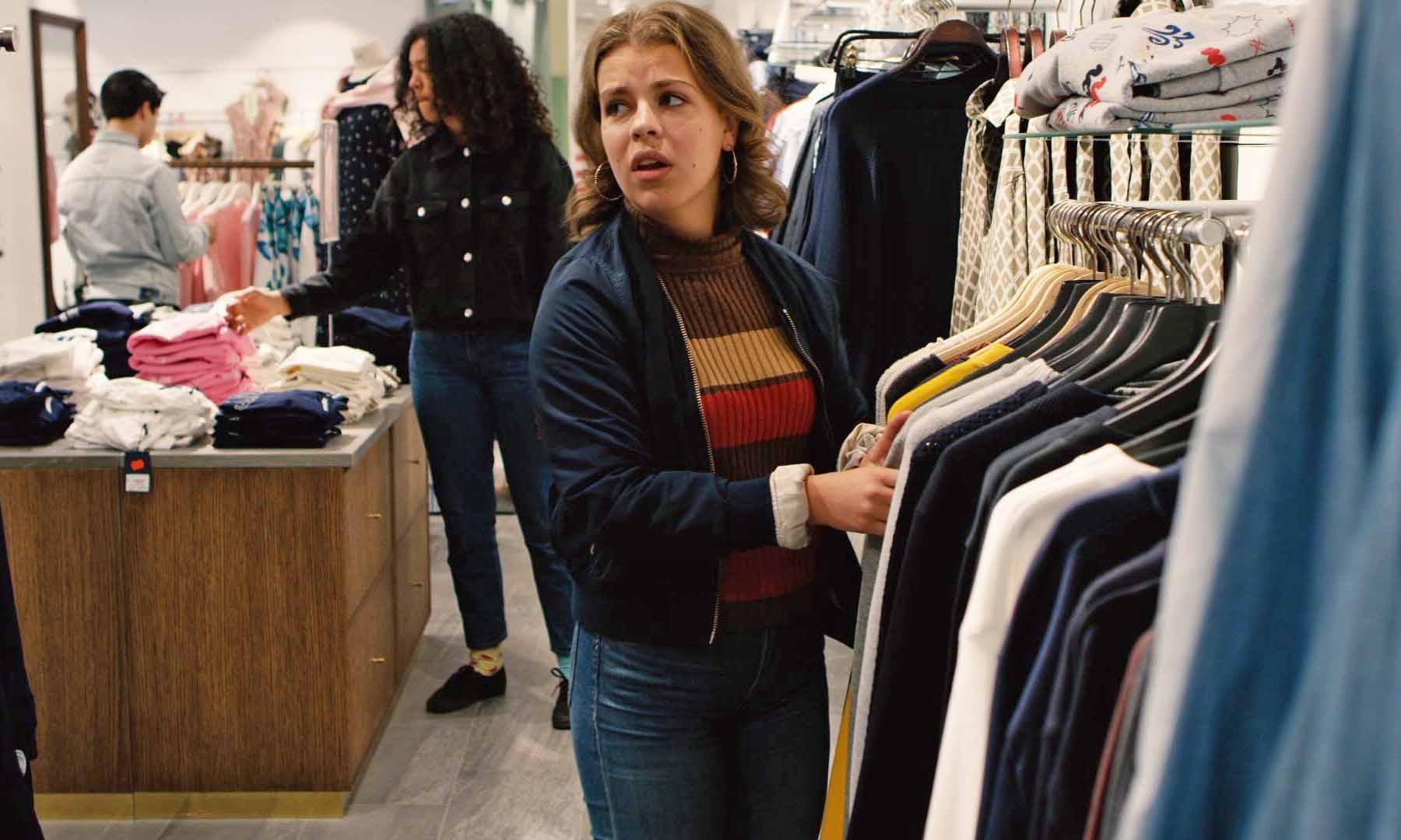 Högstadietjej i klädbutik ur filmen Schyssta kläder.